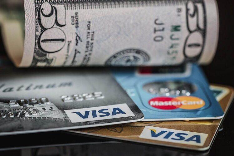 クレジットカードか現金か?
